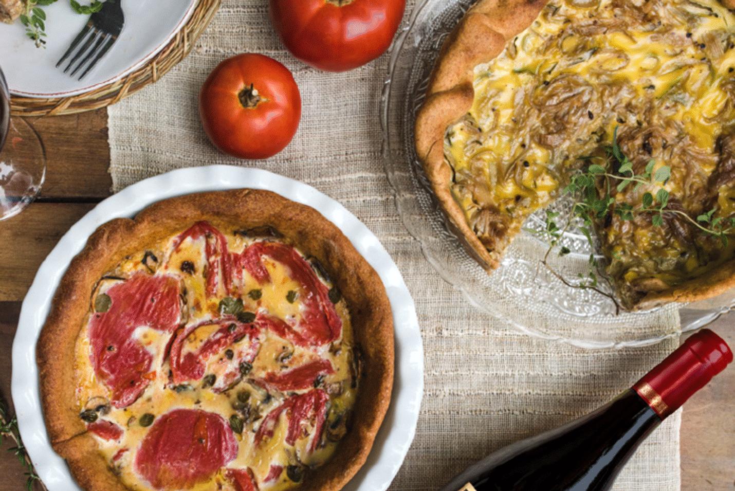 Karamelliserede løg og porrequiche, tærte, grøntsager, opskrift, fremgangsmåde, tilberedning, mad, vin